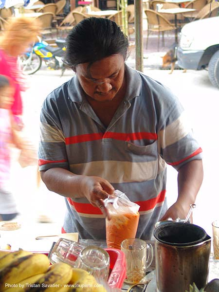 ชา - street vendor preparing thai tea - thailand, bangkok, fruit shakes, khao san road, street vendor, thai tea, thanon rambutri, ชา, บางกอก, ประเทศไทย