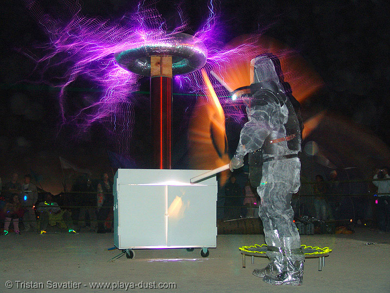 tesla coil - project CEREBRO - burning-man 2005, art installation, burning man, cerebro, electric arc, electric discharge, electricity, high voltage, lightnings, nexus camp, nexus theme camp, night, plasma filaments, productions, project, tesla coil, xefx