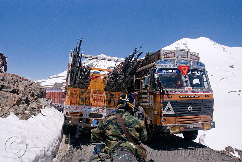 trucks crossing - manali to leh road (india), baralacha pass, baralachala, ladakh, motorbike touring, motorcycle touring, mountain pass, mountains, road, royal enfield bullet, snow, trucks