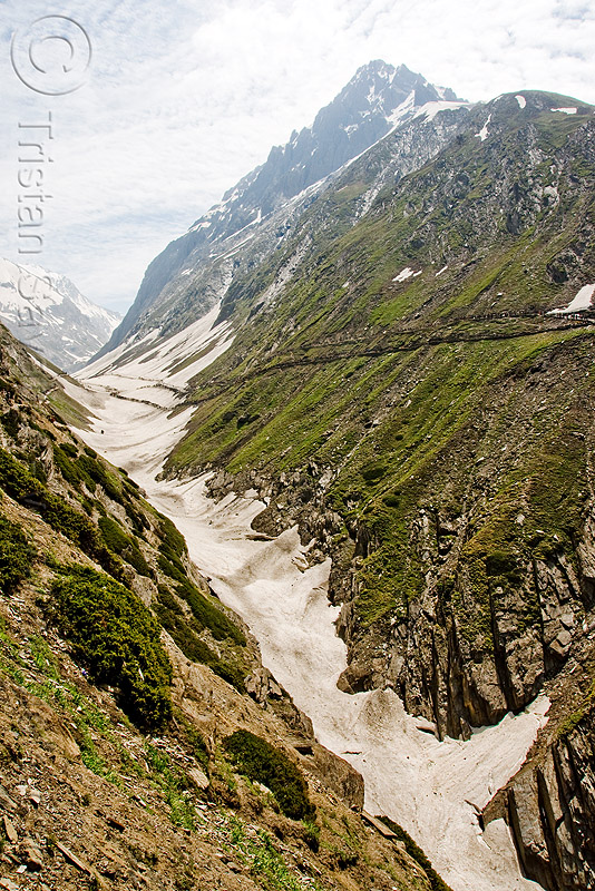 valley and trail - amarnath yatra (pilgrimage) - kashmir, amarnath yatra, kashmir, mountain trail, mountains, pilgrimage, pilgrims, snow, trekking, valley, yatris, अमरनाथ गुफा
