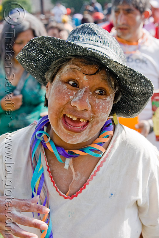 woman enjoying carnival in jujuy capital (argentina), andean carnival, black hat, carnaval, confettis, noroeste argentino, people, san salvador de jujuy, serpentine throws, straw hat, talk, talk powder