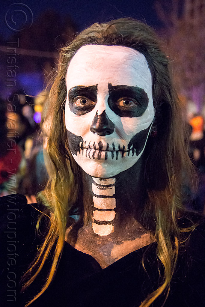woman with spine and skull makeup - karin dreisig - dia de los muertos, day of the dead, dia de los muertos, face painting, facepaint, halloween, neck, night, skull makeup, spine makeup, vertebra's, vertebrae, woman