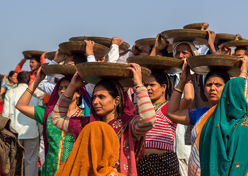 women carrying trays overhead (india), carrying on the head, clay, crowd, hindu ceremony, hindu pilgrimage, hinduism, india, lingams, maha kumbh mela, offerings, shiva lingam, trays, walking, women
