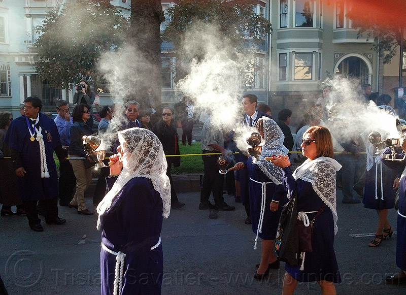 women holding thuribles - burning incense, crowd, lace, lord of miracles, parade, people, peruvians, procesión, procession, religion, señor de los milagros, smoke, smoking, street, veiled, veils, white veils