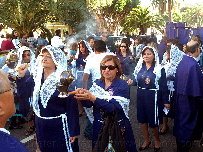 women holding thuribles with burning incense, censers, crowd, incense, lace, lord of miracles, parade, peruvians, señor de los milagros, smoke, smoking, thuribles, veiled, white veils, women