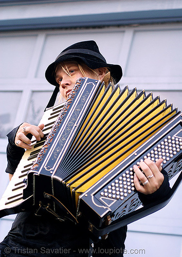 accordion player, accordeon, accordion player, anderson system, folsom street fair, hat, piano accordion, sparrow, woman, yellow