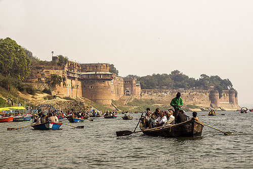 allahabad fort - row boats on the yamuna river (india), allahabad fort, defensive wall, fortifications, fortified wall, fortress, kumbha mela, maha kumbh mela, paush purnima, pilgrims, rampart, river bank, river boats, rowing boats, small boats, water, yamuna river, yatris