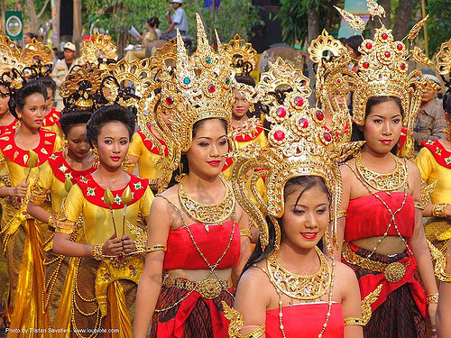 beautiful thai women in traditional royal thai costumes - ปราสาทหินพนมรุ้ง - phanom rung festival - thailand, asian woman, asian women, crowns, headdress, performers, royal, thailand, traditional costumes, ปราสาทหินพนมรุ้ง