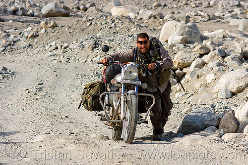 ben pushing his royal enfield motorcycle - road to pangong lake - ladakh (india), 350cc, ben, ladakh, motorbike touring, motorcycle touring, road, royal enfield bullet