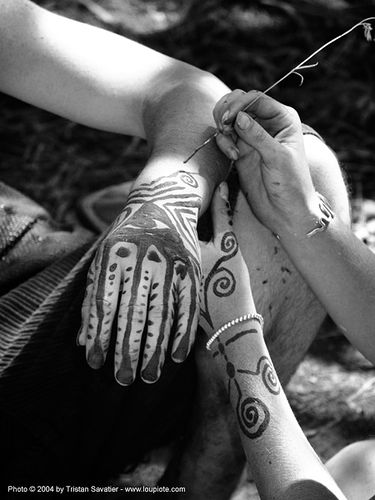 body-art - mehndi - henna tattoo - rainbow gathering - hippie