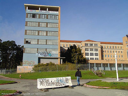 building exterior - abandoned hospital (presidio, san francisco) - phsh, abandoned building, abandoned hospital, decay, graffiti, presidio hospital, presidio landmark apartments, trespassing