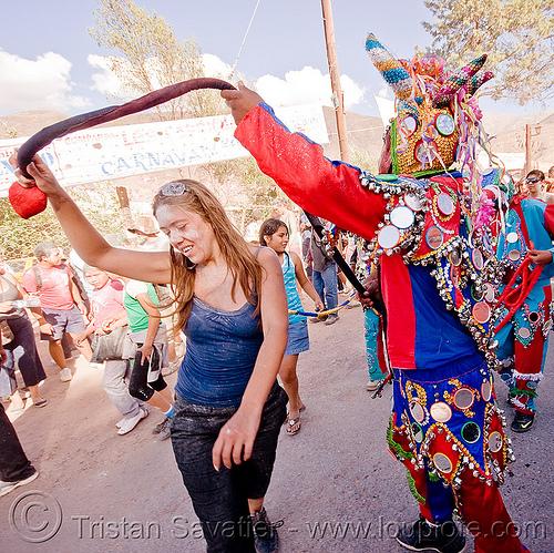 carnaval de tilcara (argentina), andean carnival, careta de diablo, costume, dancing, diablo carnavalero, diablo de carnaval, folklore, horns, indigenous culture, man, mask, mirrors, noroeste argentino, quebrada de humahuaca, quechua culture, tail, tilcara, tribal, woman