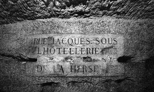 carved plate - catacombes de paris - catacombs of paris (off-limit area), catacombs of paris, cave, clandestines, hostellerie de la herse, hotellerie de la herse, hôtellerie de la herse, illegal, plate, sign, underground quarry