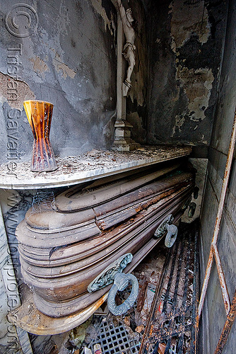casket in abandoned tomb - crypt - recoleta cemetery (buenos aires), argentina, buenos aires, casket, coffin, crypt, grave, graveyard, recoleta cemetery, tomb, vault