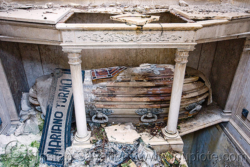 casket in abandoned tomb - recoleta cemetery (buenos aires), abandoned, buenos aires, casket, coffin, crypt, grave, graveyard, mariano turmo, recoleta cemetery, tomb, vault