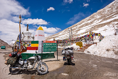 chang-la pass - ladakh (india), 350cc, bullet, chang pass, enfield, motorbike, motorbike touring, motorcycle, motorcycle touring, mountains, road, road marker, royal enfield, royal enfield bullet