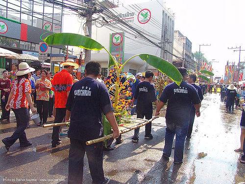 เชียงใหม่ - chiang mai - สงกรานต์ - songkran festival (thai new year) - thailand, banana tree, leaves, offerings, people, sacred, street, water festival, ประเทศไทย, สงกรานต์, เชียงใหม่