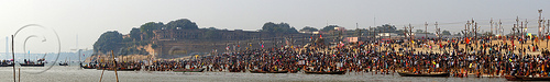 crowd of hindu pilgrims gathering at sangam for the holy bath in the ganges river at the kumbh mela (india), allahabad fort, crowd, defensive wall, fortifications, fortress, ganga river, ganges river, hindu, hinduism, holy bath, holy dip, kumbha mela, maha kumbh mela, panorama, paush purnima, pilgrims, rampart, river bank, river bath, river bathing, river boats, stitched, triveni sangam, water, yatris