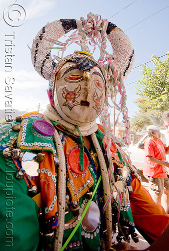 diablo carnavalero, andean carnival, careta, careta de diablo, carnaval, confettis, costume, diablo de carnaval, folklore, horns, indigenous, indigenous culture, man, mask, mirrors, noroeste argentino, people, quebrada de humahuaca, serpentine throws, tilcara, tribal