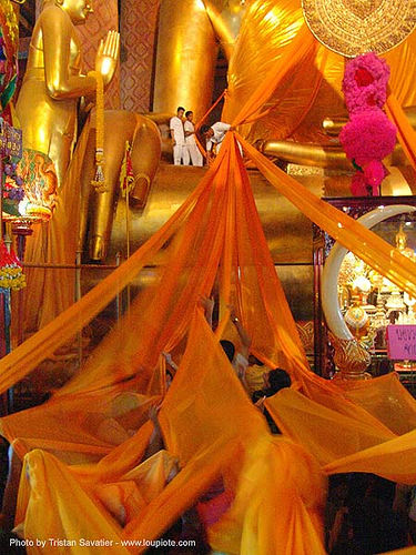 พระพุทธรูป - dressing-up a giant buddha statue in a chinese temple - สุโขทัย - sukhothai - thailand, bhagwa, buddha image, buddha statue, buddhism, buddhist temple, chinese, cloth, cross-legged, saffron color, sculpture, sukhothai, thailand, wat, พระพุทธรูป, สุโขทัย