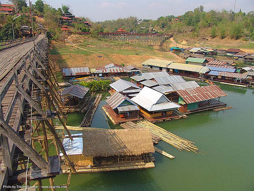 แพ - สะพาน - floating houses near wooden foot bridge - สังขละบุรี - sangklaburi  (thailand), floating homes, floating houses, floating village, footbridge, infrastructure, sangklaburi, wood bridge, wooden bridge, ประเทศไทย, สะพาน, สังขละบุรี, แพ