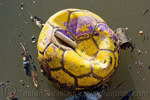 foating trash - football - soccer ball, argentina, buenos aires, environment, floating, football, garbage, la boca, pollution, riachuelo, río la matanza, río matanza, soccer ball, trash