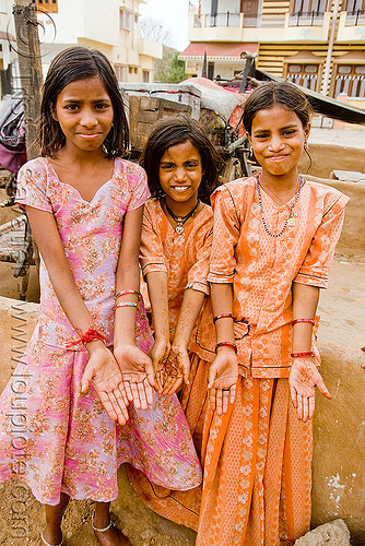 gadia lohars nomadic tribe girls with mehndi (india), gadia lohars, gaduliya lohars, gipsies, gypsies, hands, india, nomadic tribe, nomads