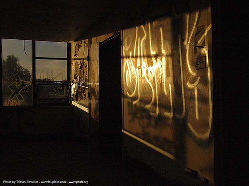 graffiti - night - abandoned hospital (presidio, san francisco) - phsh, abandoned building, abandoned hospital, decay, graffiti, night, presidio hospital, presidio landmark apartments, trespassing, urban exploration