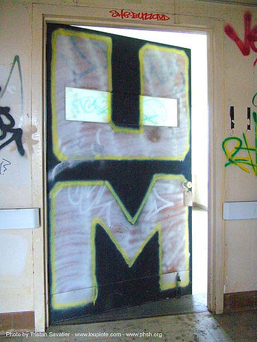 graffiti-um - door - abandoned hospital (presidio, san francisco) - phsh, abandoned building, abandoned hospital, decay, graffiti, presidio hospital, presidio landmark apartments, trespassing, urban exploration