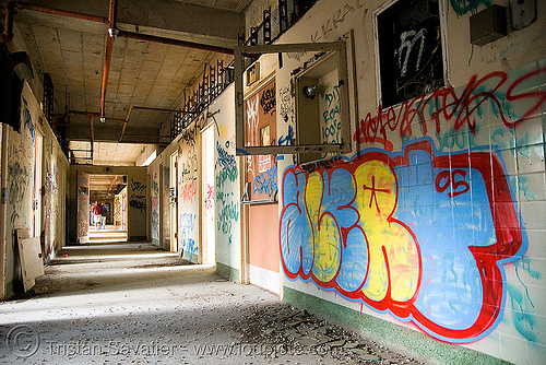 hallway - graffiti - abandoned hospital (presidio, san francisco) - PHSH, abandoned building, abandoned hospital, graffiti, presidio hospital, presidio landmark apartments, trespassing