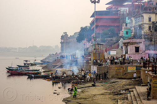harishchandra cremation ghat - burning ghat - varanasi (india), burning ghat, cremation ghats, crowd, dead, fire, funeral pyre, ganga, ganges river, harishchandra ghat, hindu, hinduism, india, river bank, river boats, smoke, smoking, varanasi