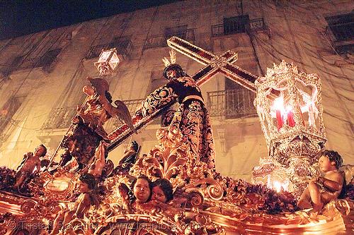hermandad del silencio - paso - cristo - semana santa en sevilla, andalucía, candles, capirotes, cofradía, easter, el silencio, float, hermandad del silencio, nazarenos, night, parade, paso de cristo, procesión, procession, religion, sacred art, semana santa, sevilla