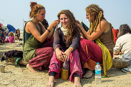 hippie girls making dreadlocks hair, hindu pilgrimage, hinduism, hippie, india, maha kumbh mela, rainbow camp, sitting, woman