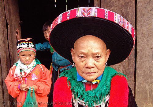 hongtou yao/dao (kiem mien) woman with headwear - grand-ma and grand-son - vietnam, dao tribe, dzao tribe, green, hat, headwear, hill tribes, hongtou dao, hongtou yao, hongtou-yao tribe, indigenous, kiem mien tribe, mountain yao tribe, red dao, turban, woman, zao tribe