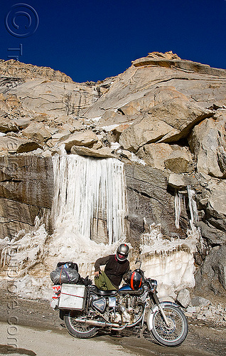 ice waterfall - road to chang-la pass - ladakh (india), 500cc, chang pass, chang-la pass, ice waterfall, ladakh, laia, motorbike touring, motorcycle touring, mountains, road, royal enfield bullet