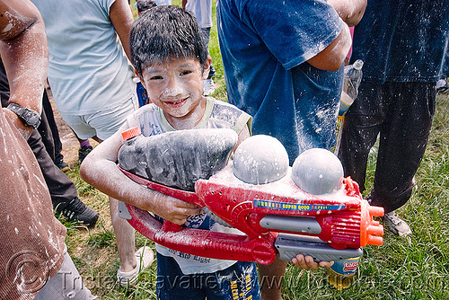 kid with watergun - super soaker - carnaval - carnival in jujuy capital (argentina), andean carnival, boy, carnaval, child, jujuy capital, kid, man, noroeste argentino, san salvador de jujuy, super soaker, water gun
