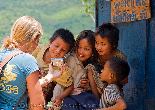 kids looking at themself on sabine's digital camera (laos), blue guesthouse, boy, children, digital camera, girl, kids, pak mong