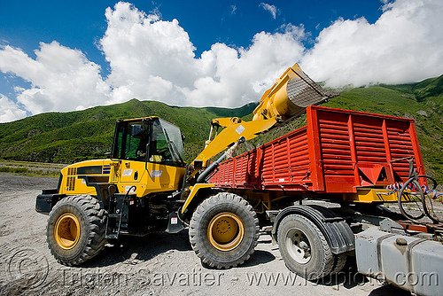 komatsu WA 250 loader, artic, articulated lorry, at work, big rig, earth moving, front loader, groundwork, heavy equipment, hydraulic, komatsu, machinery, noroeste argentino, red, road construction, roadworks, semi truck, semi-trailer, tractor trailer, wa 250, wheel loader, wheeled, working, yellow