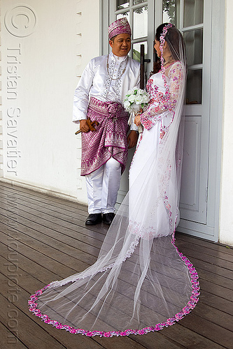 malay wedding, bridal bouquet, bride, couple, groom, kuching, malay wedding, man, traditional wedding, wedding dress, white flowers, white roses, woman