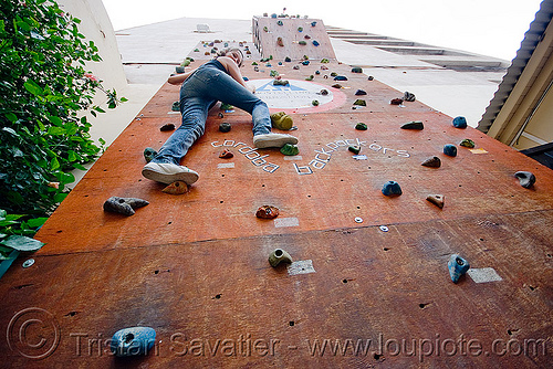 mariel on the climbing wall, backpackers, climbing wall, cordoba capital, córdoba capital, hostel, noroeste argentino