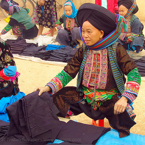 mien yao/dao tribe woman selling cloth at the market - vietnam, asian woman, dzao, dzao tribe, hat, headwear, hill tribes, indigenous, mien dao tribe, mien yao tribe, mèo vạc, people, turban, zao tribe