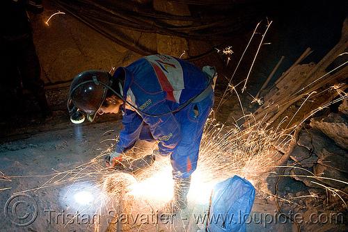 miner grinding metal, cerro rico, cutting, grinder, grinding, man, metal, mina candelaria, mine worker, miner, mining, potosí, safety helmet, sparks, tunnel
