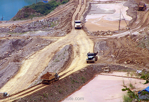 mining trucks in strip mine, open pit mine, open pit surface mine, open-cut mine, opencast mine, strip mine, tin mine, tinh tuc, trucks, tình túc, vietnam