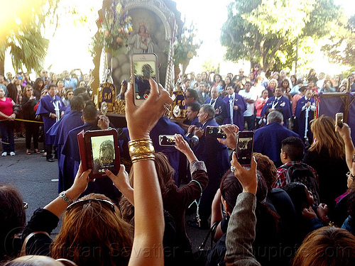 mobile photo sharing at catholic procession, cameras, cellphones, crowd, float, lord of miracles, madonna, mobile phones, mobiles, painting, parade, paso de cristo, peruvians, procesión, procession, religion, sacred art, señor de los milagros, sharing, social media, street, taking photos, virgen, virgin mary