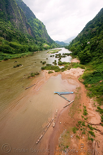 nam ou river - nong khiaw (laos), laos, nam ou, nong khiaw, river bank, river bed, river boats, small boats, v-shaped valley