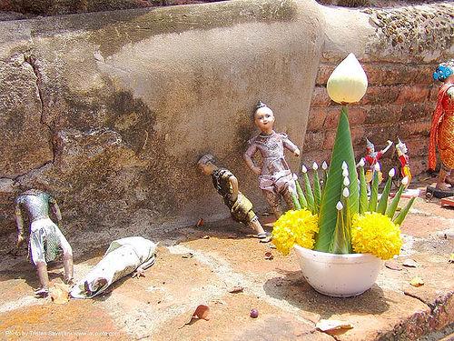 บายศรี - offerings on altar - อุทยาน ประวัติศาสตร์ สุโขทัย - เมือง เก่า สุโขทัย - sukhothai - thailand, flowers, offering, temple, wat, บายศรี, ประเทศไทย, สุโขทัย, อุทยาน ประวัติศาสตร์ สุโขทัย, เมือง เก่า สุโขทัย