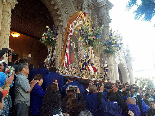 paso del señor de los milagros entering mission dolores church (san francisco), church, crowd, crucified, door, entering, entrance, float, gate, jesus christ, lord of miracles, painting, parade, paso de cristo, peruvians, portador, portadores, procesión, procession, religion, sacred art, señor de los milagros, street