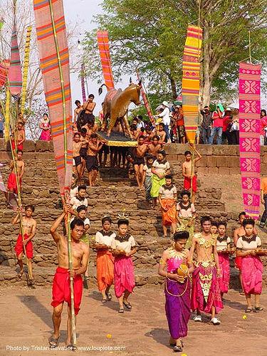 ปราสาทหินพนมรุ้ง - phanom rung festival - thailand, banners, bull, carnival float, cow, people, procession, stairs, ประเทศไทย, ปราสาทหินพนมรุ้ง