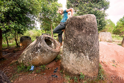 plain of jars - site 2 - phonsavan (laos) - sabine going inside giant stone jars, archaeology, people