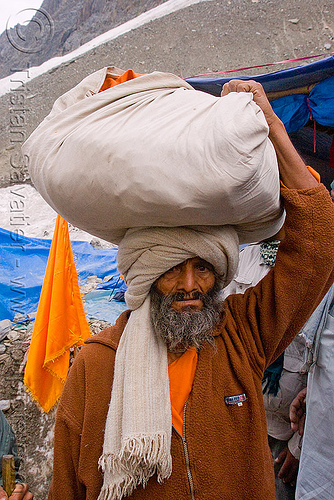 porter with bag on head - amarnath yatra (pilgrimage) - kashmir, bearer, carrying, carrying on the head, man, people, pilgrim, trekking, wallah, yatris, अमरनाथ गुफा
